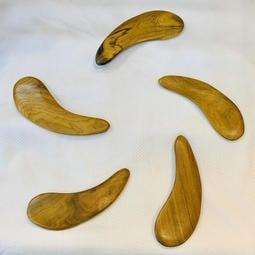 天然肖楠木「月型刮痧板」-天然肖楠/梢楠原木材質,木質堅硬耐用,因是天然肖楠原木,每個都有獨特的天然差異性,散發原木淡雅