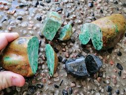 保證天然的緬甸翡翠綠色玉原石全部重約1.1公斤一起便宜賣優惠免運也可以自取代新莊民安路一樓下標後給地址現場不合適可取消
