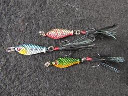 菠蘿鉛魚 手作打造 帶羽毛 鐵板 亮片 擬餌 假餌 路亞 5g 一隻會惹毛所有魚的魚