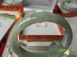 天然翡翠 糯種 淡綠色 A貨~手鐲 玉鐲 編號:57 手圍:18.3cm 附件-盒子+布套+保證書